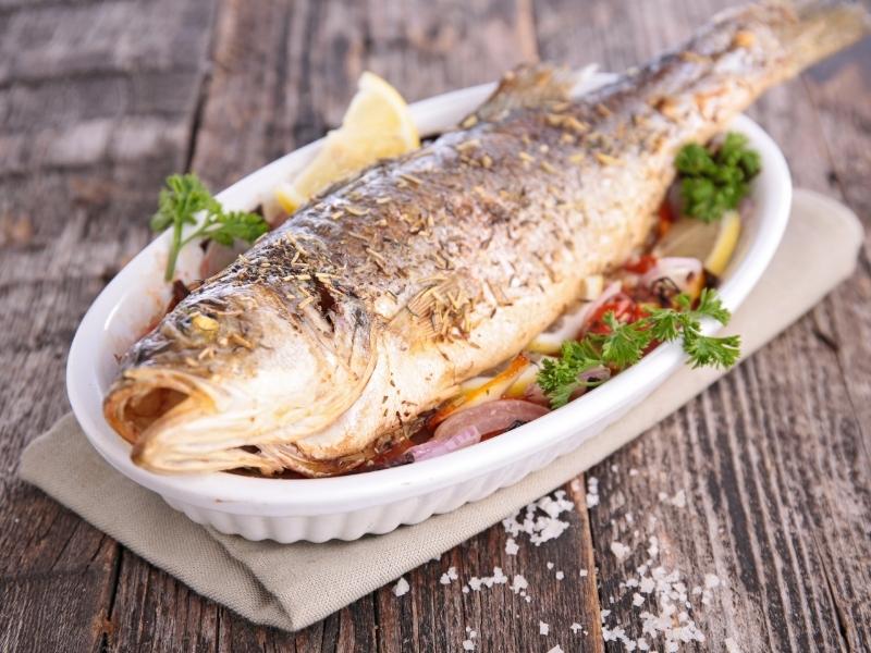 Запеченная рыба с салатом из капусты