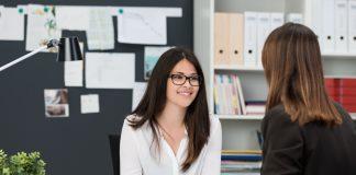 Дву девушки в офисе разговаривают