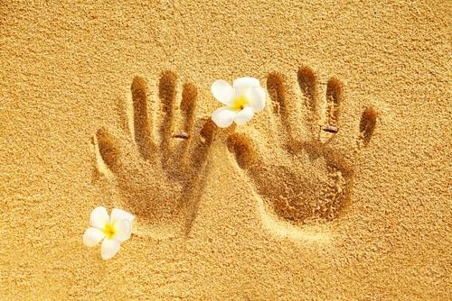 Отпечатки рук на песке