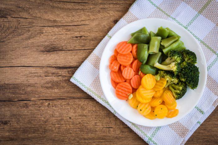 овощи на тарелке на салфетке