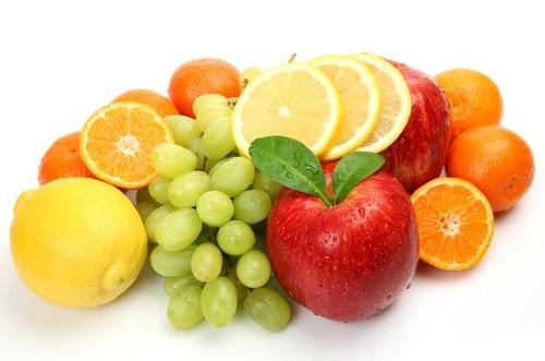 Оранжевые, желтые и красные фрукты и овощи