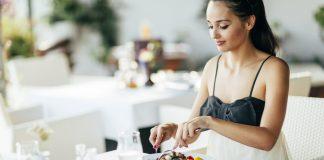 Девушка обедает в кафе