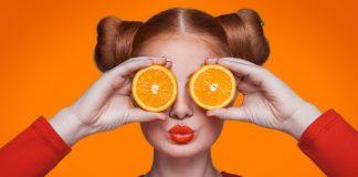 девушка с дольками апельсина на глазах