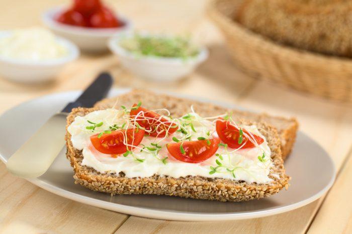 Хлеб с сыром и помидорами
