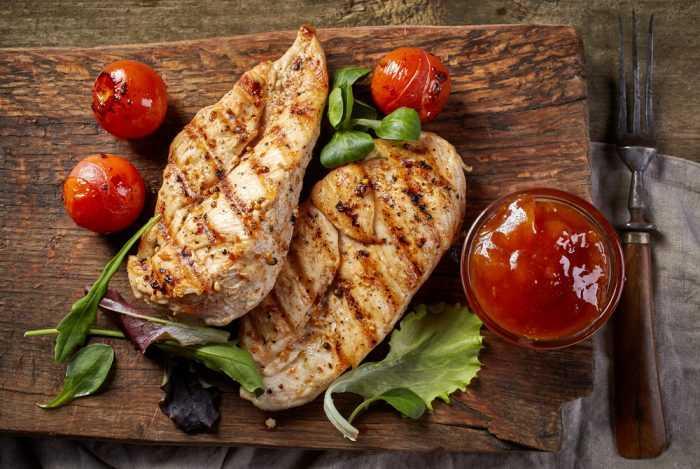 Мясо гриль на досточке с помидорами и соусом