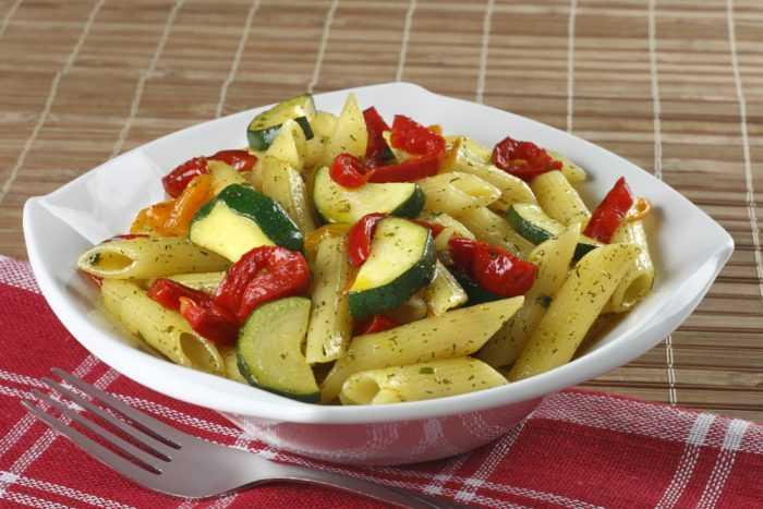 Паста с помидорами и овощами