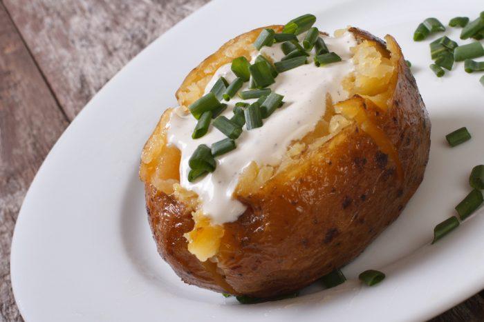Печеный картофель со сметаной и луком