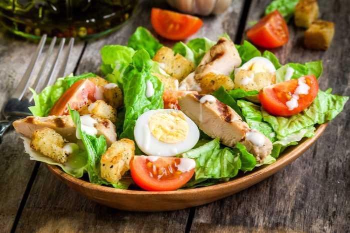 Салат с помидорами, курицей и яйцом