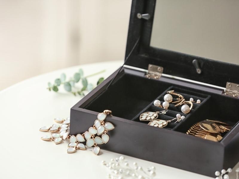 Шкатулка или специальный чемоданчик для хранения