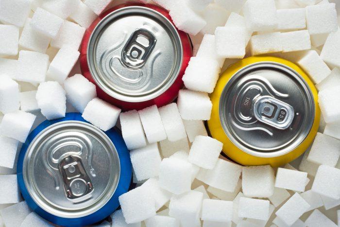 Банки газировки стоят в кубиках сахара