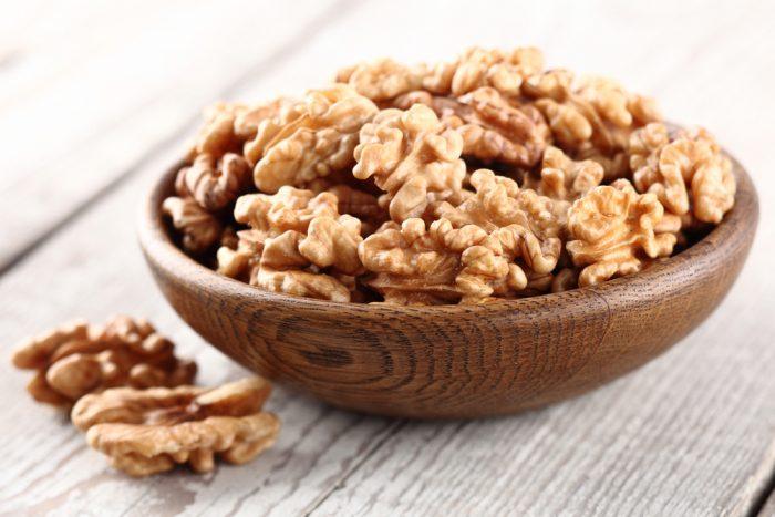 Чищенный грецкий орех в деревянной тарелке