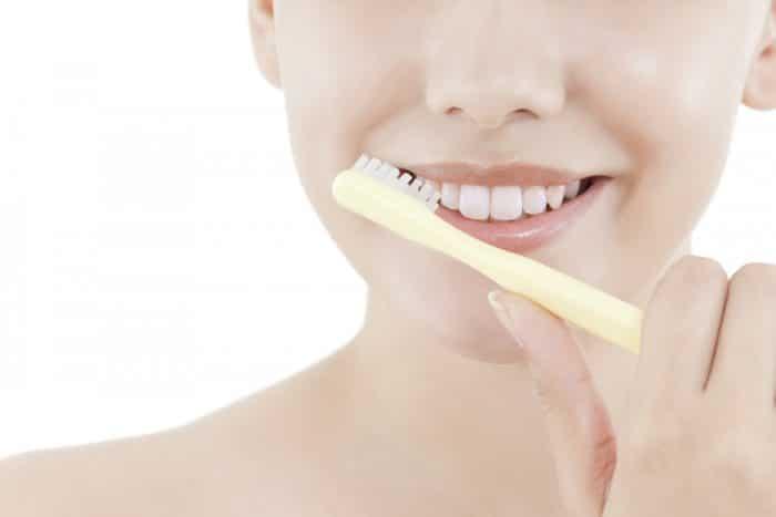 Девушка делвет массаж губ зубной счеткой