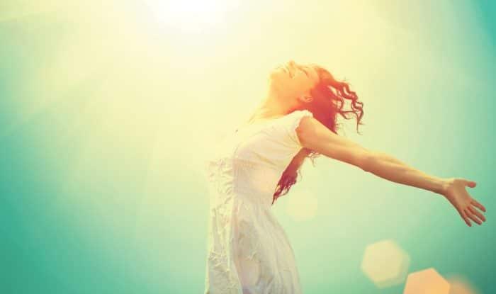 Девушка раскрыла руки к небу