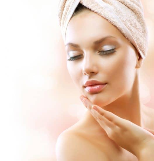 девушка с полотенцем на голове и макияжем