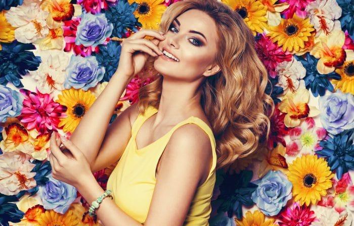 девушка в желтом платье на фоне цветов