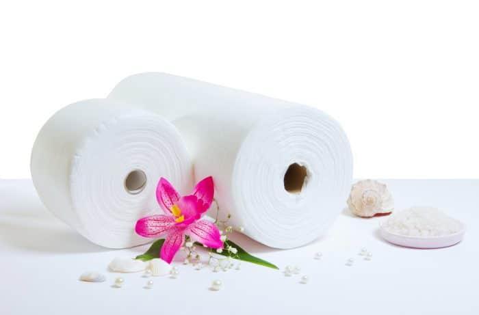 Два бумажных полотенца на столе с розовым цветком