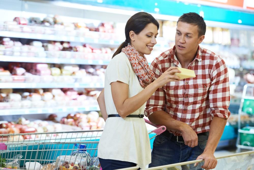 Девушка с парнем в супермаркете