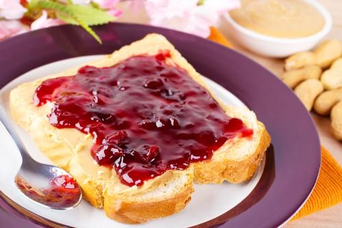 Арахисовое масло и сэндвич с джемом