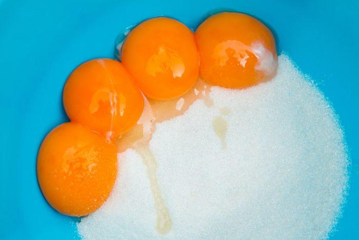 в синей миске яйца с сахаром