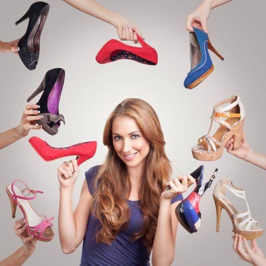 Вокруг девушки руки с обувью