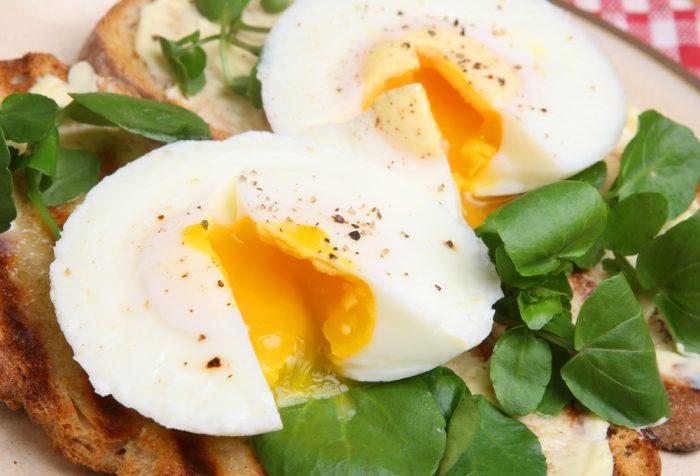 Яйца пашет на тосте с зеленью