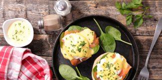 Яйца пашет на столе, на сковороде с зеленью