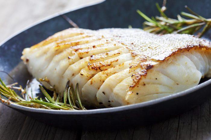 Рыба на тарелке с розмарином