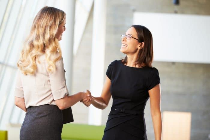 Деловые женщины пожимают друг другу руки