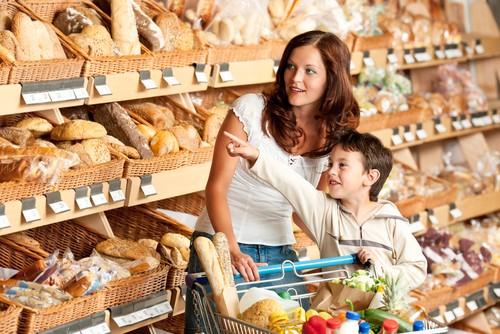 Мама с сыном в хлебном отделе
