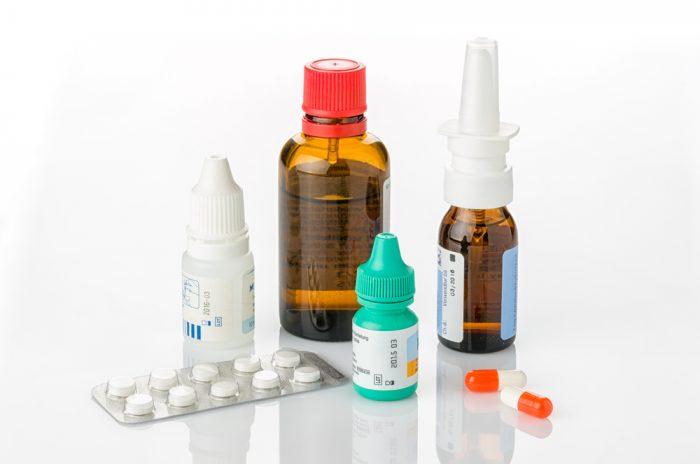 Флаконы с лекарством и таблетки