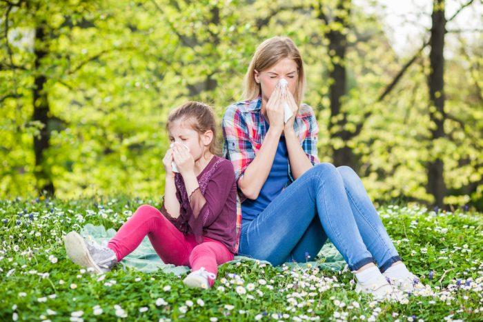 Мама с дочкой на природе чихают