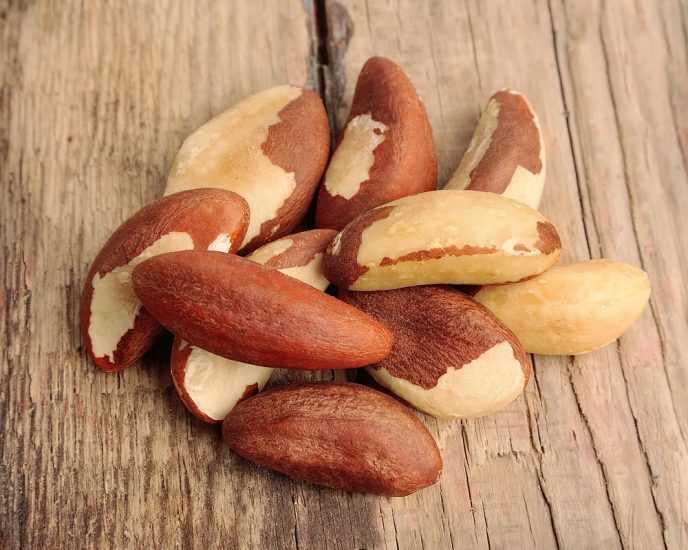 бразильский орех на деревянной поверхности