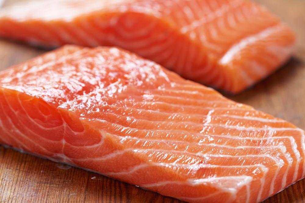 Два куска свежего лосося