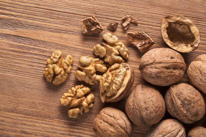 Грецкий орех на деревянной поверхности