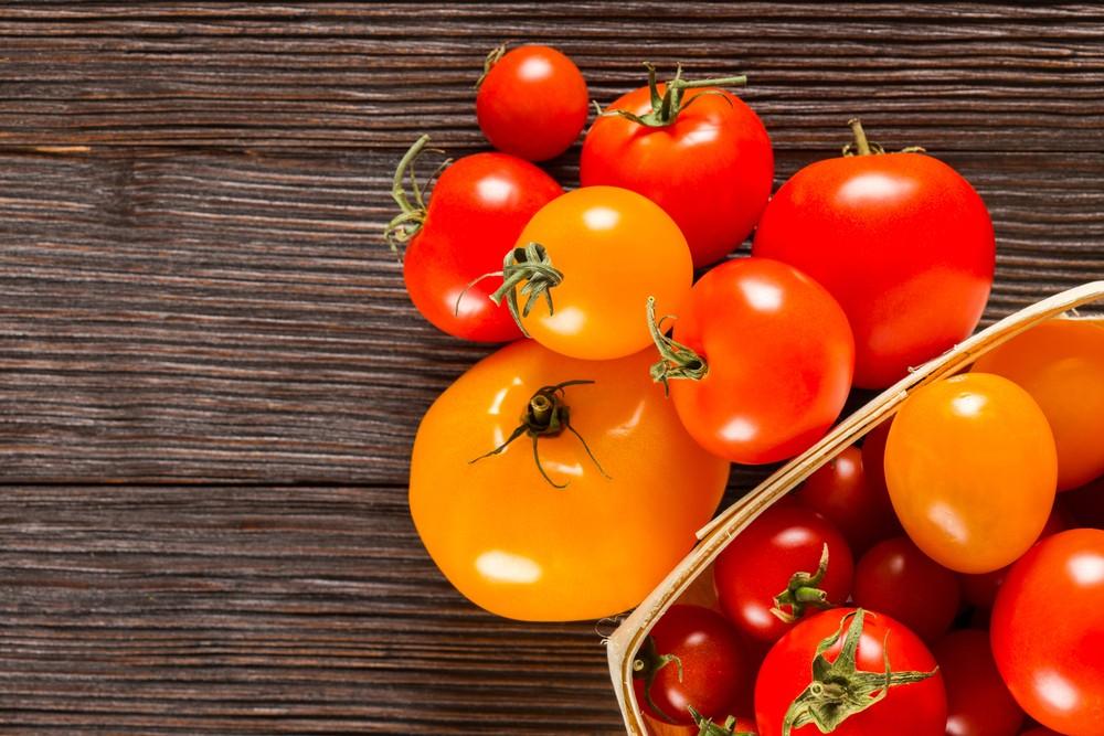 Красные и желтые помидоры на деревянной поверхности