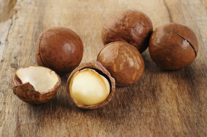 Орех макадмия на деревянной поверхности