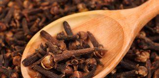 Зерна гвоздики на деревянной ложке