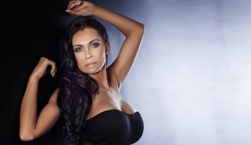 потрясающая женщина с большой грудью