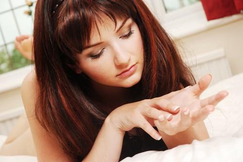 девушка разглядывает свои ногти