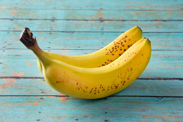 Бананы на голубой деревянной поверхности