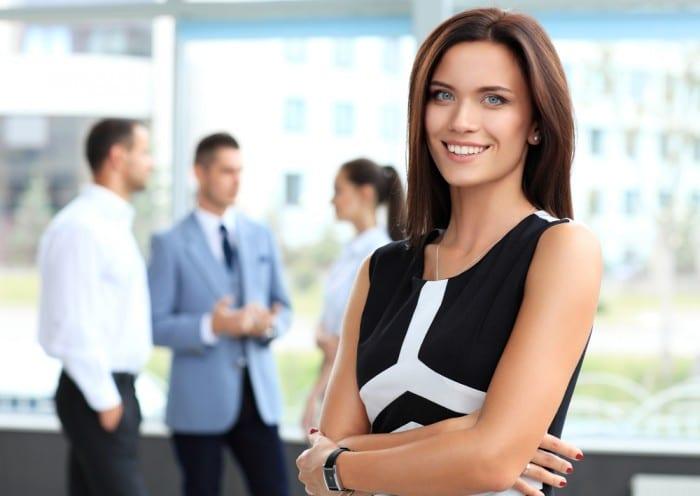 На рабочем месте не стоит прибегать к трендовой одежде