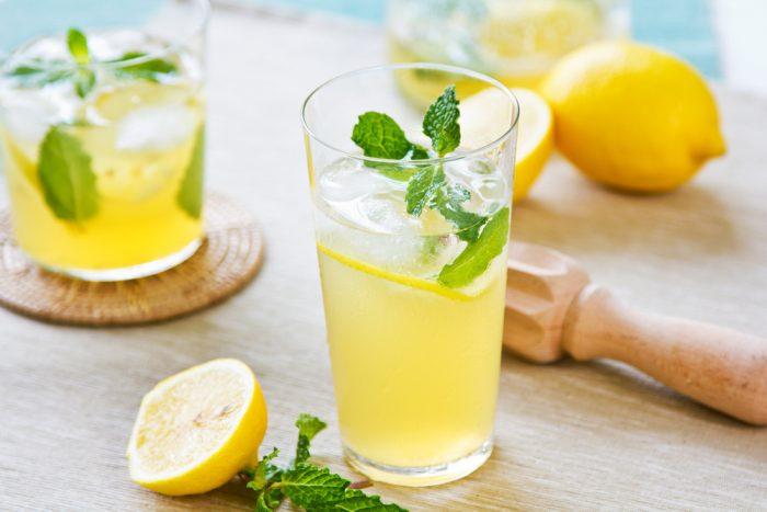 Лимонад с стакане с лимоном и мятой
