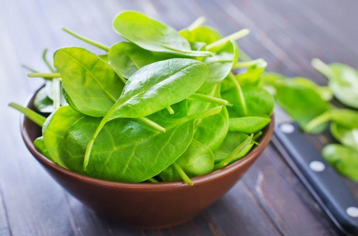 Листья шпината в тарелке