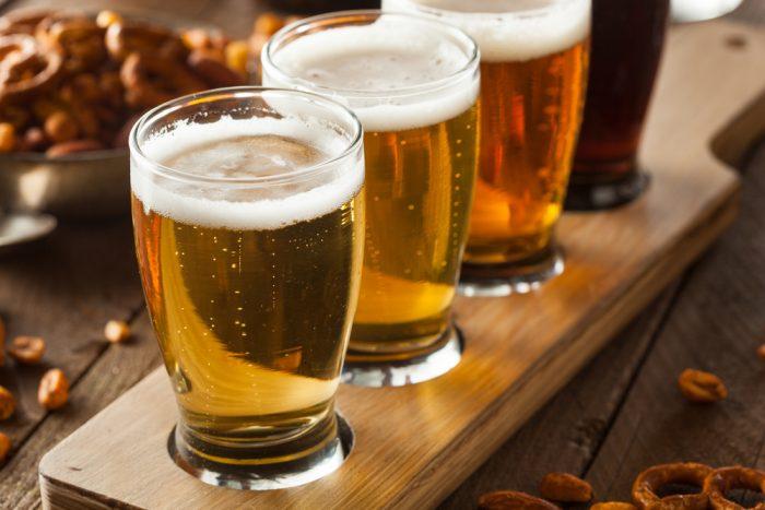 Пиво в стаканах на деревянной подставке