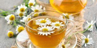 ЧАшка чая с цветками ромашки