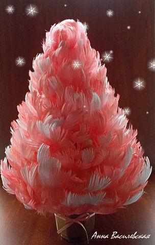 Новогодняя елочка из цветных перьев