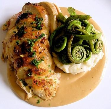 Запеченное куриное филе с зеленью