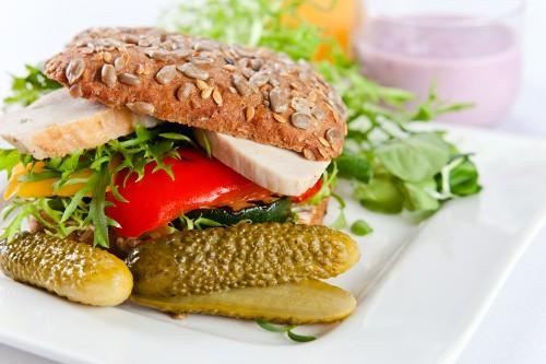 бутерброд с курицей и черным хлебом