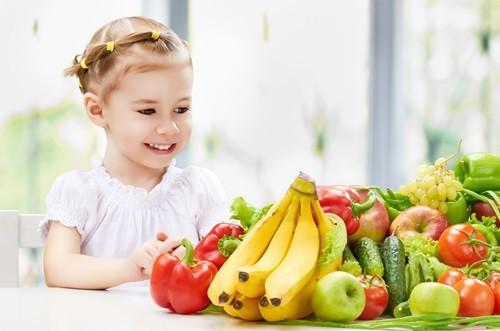 Ребенок и много фруктов