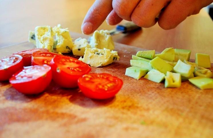 Помидоры нарезать половинками - Кобб-салат